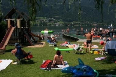 Badegäste am Badestrand am Ossiacher See